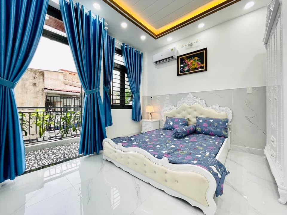 Phòng ngủ có ban công thoáng mát